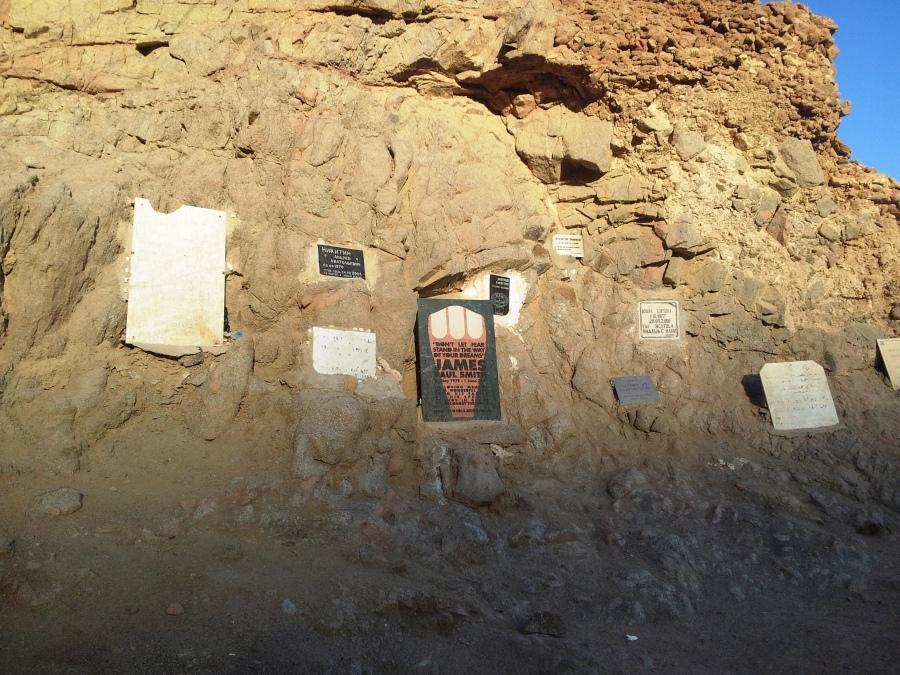 Túmulos dos mergulhadores que se arriscaram nas águas profundas de Dahab