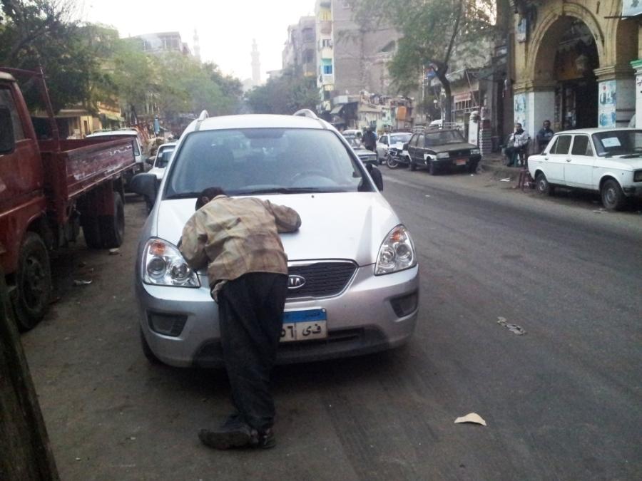 Nada como dormir no capô de um carro pela cidade