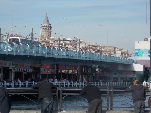 Ponte Gálata. Note os restaurantes sob a ponte.