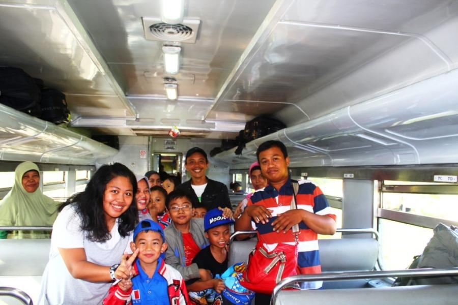 Família no trem na ilha de Java