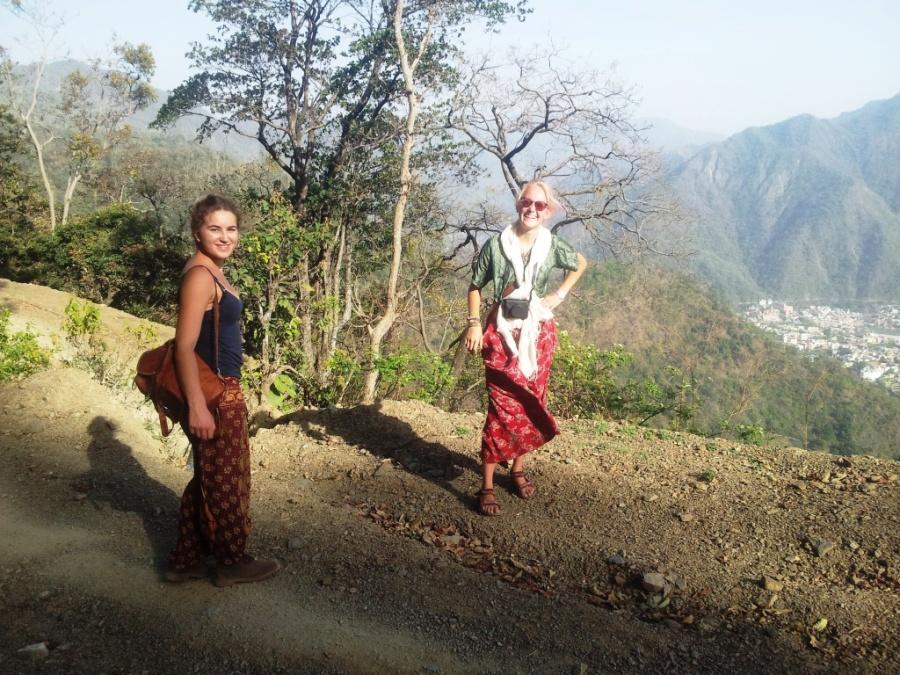 Trekking com essas duas holandesas até o Ananda Hotel Spa. Só a gente mesmo.