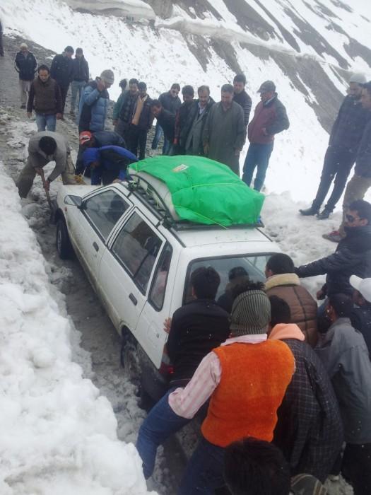 Carro tentando passar na avalanche